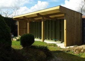 Un abri de jardin récupérateur d'eau de pluie.