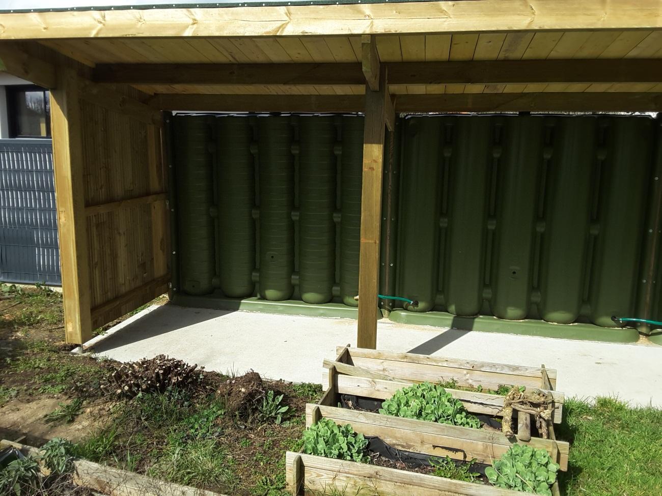 Récupérateur d'eau et cloison d'abri de jardin