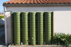Récupérateur d'eau aérien Ecol'eaumur fixé à un mur