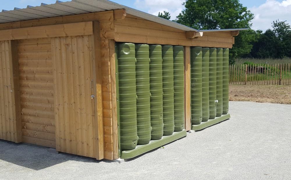 Récupérateurs d'eau de pluie ecoleaumur pour abris de jardin dans un jardin partagés