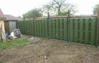 Connexion et remplissage des récupérateurs d'eau Ecol'eaumur à un abri de jardin.