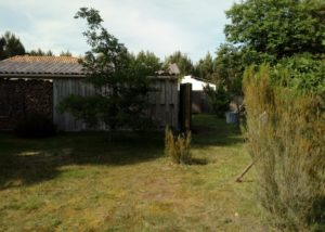 Installation d'un récupérateur d'eau au bord d'un abri de jardin