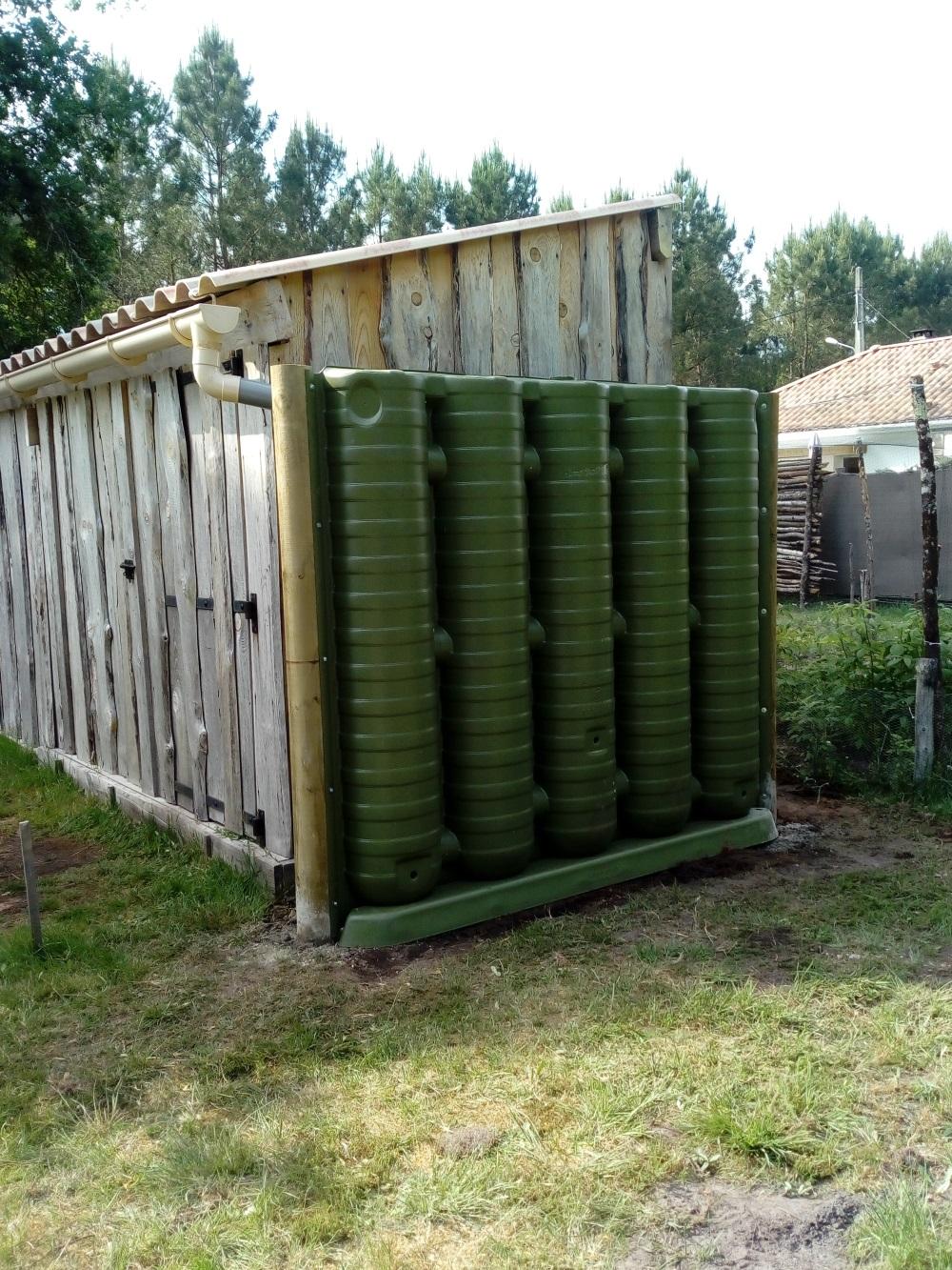 Récupérateur d'eau mural pour un abri de jardin.