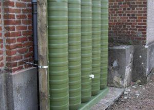Récupérateur d'eau mural pour un cimetière.