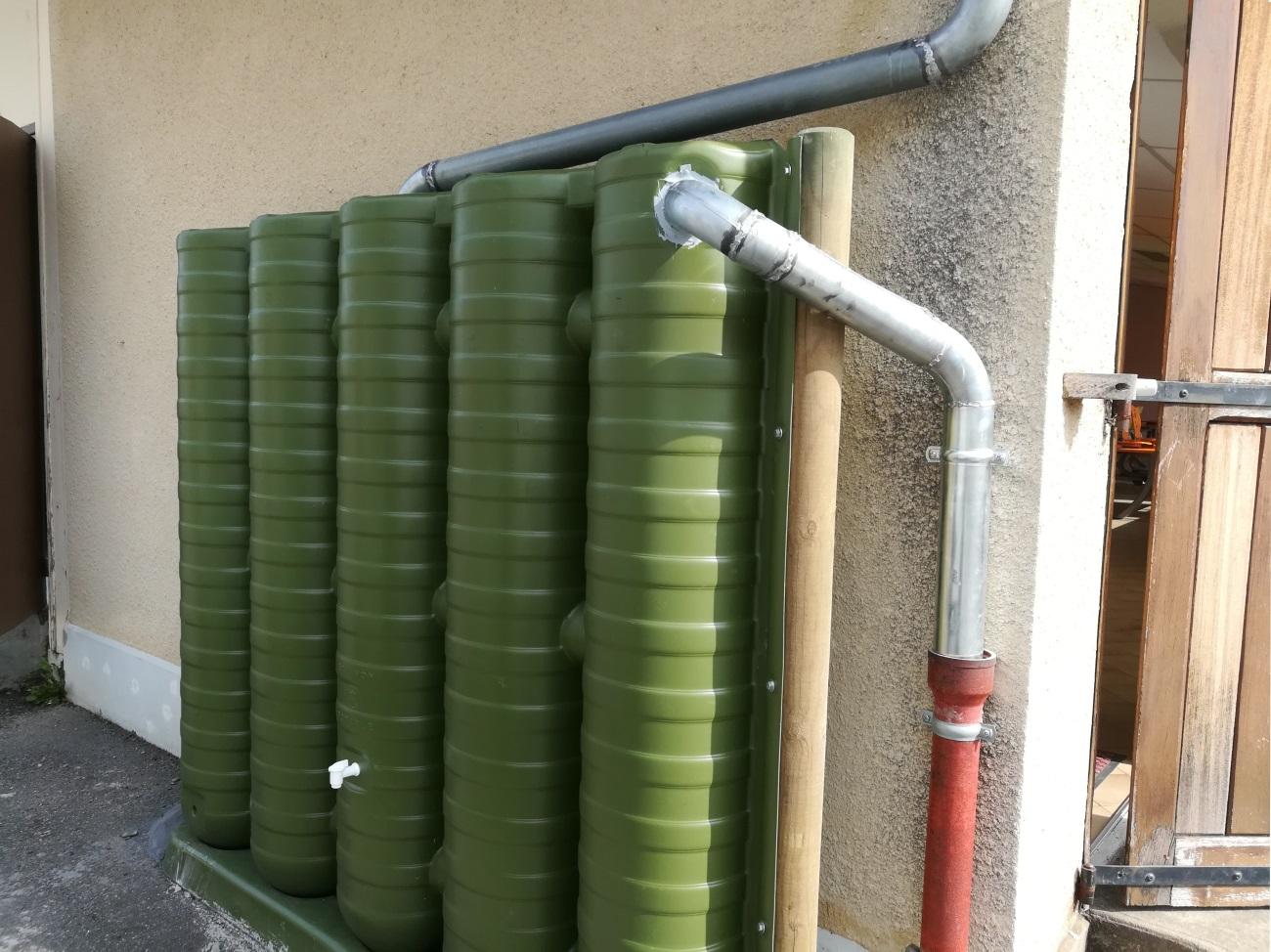 Récupérateur d'eau mural Ecol'eaumur connecté à une gouttière