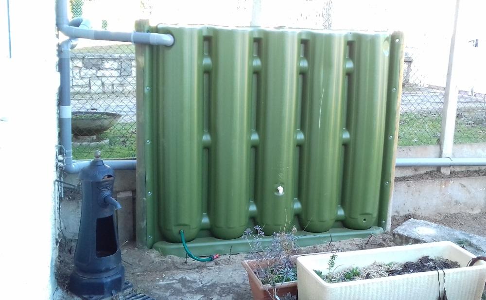 Récupérateur d'eau Ecol'eaumur en clôture dans la région parisienne.