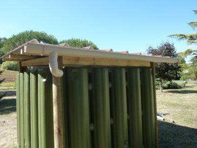 Abri de jardin avec cuves de récupération d'eau de pluie