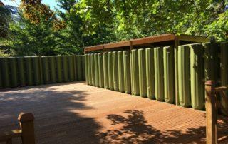 Cuves de récupération d'eau de pluie cloisonnant une terrasse