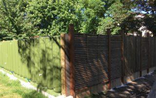 Cuves de récupération d'eau de pluie en clôture.